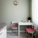 8-loc de luat masa amenajat in coltul unei bucatarii moderne albe