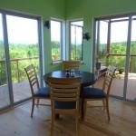 8-loc de luat masa amenajat in living si bucatarie open space casa mica din lemn 65 mp