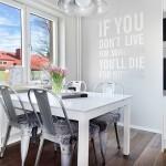 8-loc de luat masa pentru 4 persoane amenajat langa fereastra din bucatarie