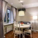8-lustra pe sina corp de iluminat loc d eluat masa living si bucatarie open space apartament mic