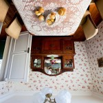 8-masa si scaune casa cu fundul in sus creatie artist francez jean francois fourtou
