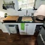 8-mobila bucatarie cu chiuveta la geam interior casa mica din lemn 12 mp