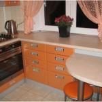8-mobila portocalie pe colt amenajare bucatarie mica de apartament