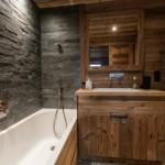 8-mobilier din lemn si piatra naturala in amenajarea baii moderne
