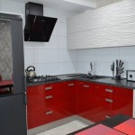 8-mobilier modern pe colt in rosu si gri deschis bucatarie de 10 mp