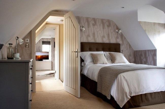 8-model dormitor mic amenajat in mansarda si decorat cu tapet in nuante de maro