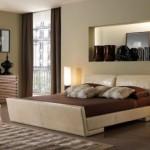 8-nisa perete dormitor decorata cu diverse vaze si accesorii decorative