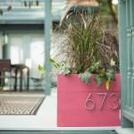8-numar postal inscriptionat pe un ghiveci cu plante