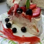 8-o felie de tort pavlova cu blat de bezea si crema de frisca mascarpone si lapte condensat
