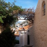 8-o straduta ce coboara printre casele din Hydra Grecia