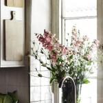 8-o vaza cu flori salbatice proaspete pe pervazul din bucatarie