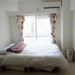 8-pat asezat langa balconul garsonierei din Japnia