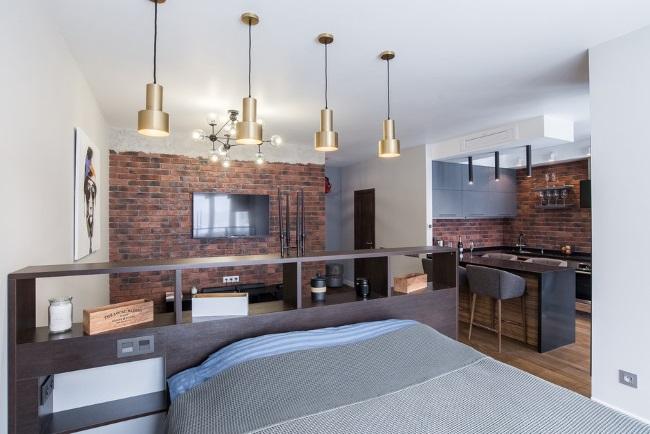 8-patul din dormitor ascuns in spatele unei etajere asezate in spatele canapelei din living