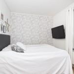 8-perete finisat cu tapet decorativ cu imprimeu floral decor dormitor matrimonial