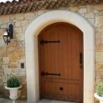 8-poarta pietonala stil rustic din lemn masiv pentru garduri din zidarie placate cu piatra naturala