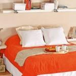 8-polita alba montata pe peretele de la capul patului din dormitor