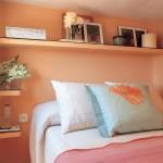 8-polite-pe-peretele-de-la-capul-patului-dintr-un-dormitor-mic