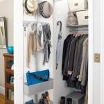 8-polite si cuiere agatate pe interiorul usilor dulapului