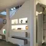 8-polite si sertare integrate in golul de sub scara interioara a casei