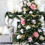 8-pom de Craciun impodobit cu flori albe si roz