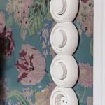 8-prize si intrerupatoare perete finisat cu tapet cu imprimeu floral bucatarie