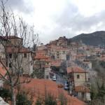 8-sat cu case din piatra Dimitsana Grecia