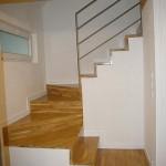 8-scara interioara finisata cu lemn casa 58 mp cu mezanin