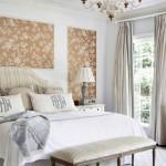 8-tapet cu imprimeu floral decor perete dormitor amenajat in stil clasic