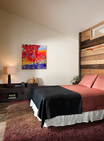 8-tendinte 2016 dormitor cu perete placat cu lambriu orizontal din lemn