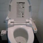 8-vas wc dotat cu aparat care regleaza sunetele parfumeaza aerul si are functie de bideu