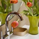 8-vaza vernil cu lalele decor lavoar baie mica moderna