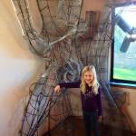 9-Lia fiica lui Rob langa scheletul metalic al viitorului copac