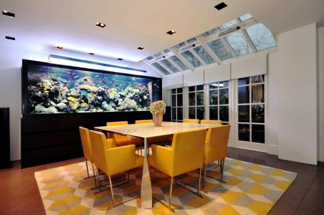 9-acvariu mare langa loc de luat masa sufragerie