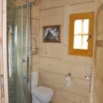 9-baie cu cabina de dus parter casa mica din barne de lemn