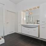 9-baie cu peretii placati cu faianta alba si pardoseala plus plinta cu gresie neagra