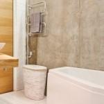 9-baie minimalista cu pereti nefinisati cu aspect industrial