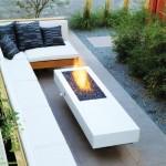 9-banca design minimalist din lemn cu saltele albe si pernute negre amenajare curte moderna