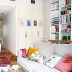 9-biblioteca pe peretele din spatele canapelei din living tineresc