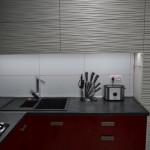 9-blat de lucru iluminat cu ajutorul spoturilor led incastrate sub dulapurile suspendate din bucatarie