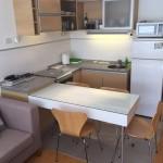 9-bucatarie si loc de luat masa deschise spre living si dormitor in aamenajarea unei garsoniere de 32 mp