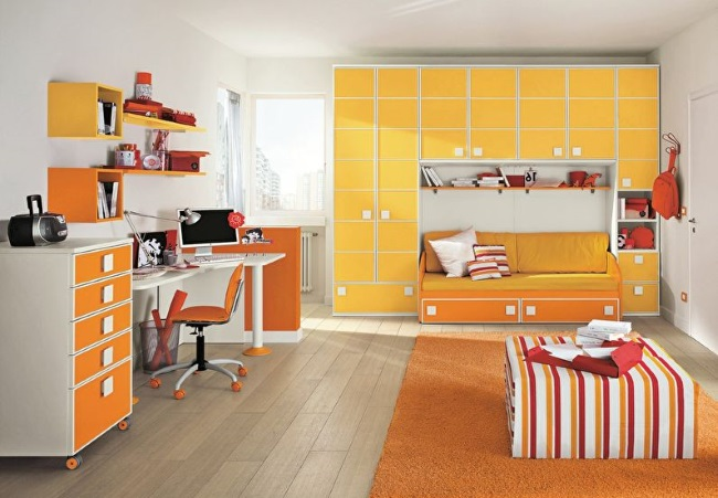 9-camera copil cu mobila portocalie si pereti albi