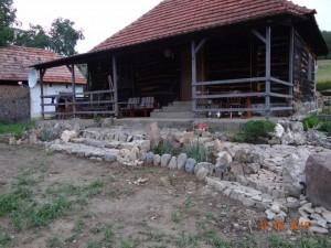 9-casa din lemn cu prispa Muntii Apuseni Vlad