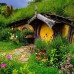 9-casa tip bordei cu aspect de poveste asunsa printre flori