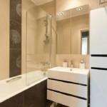 9-combinatii baie moderna faianta crem cu insertii maro inchis