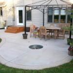 9-curte mica zona relaxare din beton cu o groapa pentru foc decorativ in centru