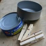 9-cutii de conserve goale si clestisori de rufe din lemn