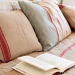 9-cuvertura si pernute decorative din textile naturale dormitor amenajat in stil rustic