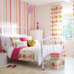 9-dormitor de fetita cu perete decorat cu tapet in dungi verticale multicolore
