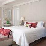 9-dormitor elegant amenajat in nuante de crem bej si gri cu accente bordo