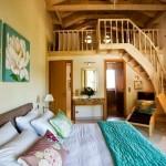 9-dormitor matrimonial cu scara interioara ce duce spre dormitor dublu din mezanin